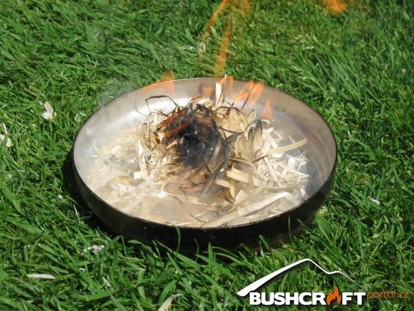 Obr. 11 – pokud se dílo zdaří po chvíli foukání začne chomáč hoblin hořet plamenem.